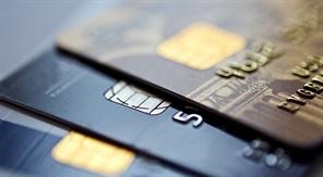 Platební karta vám zůstane déle, banky chtějí ušetřit. O bezpečí se nebojte, říkají
