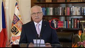 Václav Klaus při novoročním projevu. V pozadí Slovník spisovně češtiny pro školu a veřejnost