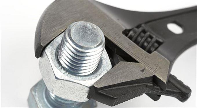 Utahování šroubů: stavební spořitelny brání klientům v útěku. Zuby nehty