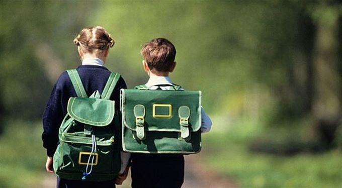 Prvňák jde do školy, rodiče sčítají ztráty. Už teď je škola stála pět tisíc