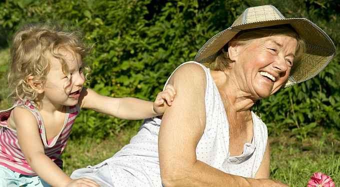 Naši nejdražší: Líbejte babičkám ruce, chůva stojí majlant!