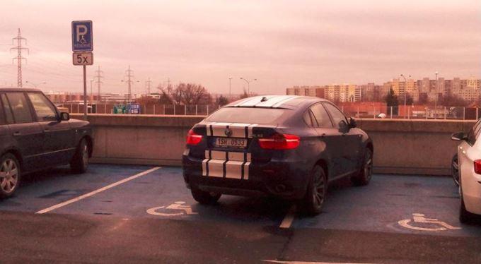 Macho Parking: Parkujete jako p...! Sprosté samolepky a pranýř pro bezohledné řidiče