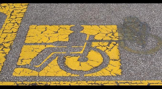 Příspěvek na mobilitu, příspěvek na zvláštní pomůcku, průkazy pro postižené: stručný přehled