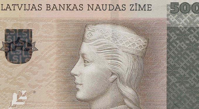 Konec nejsilnější měny v Unii: Lotyši platí eurem