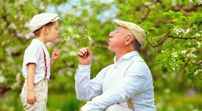 Babička s dědou na rodičovskou? Zdravý rozum říká ano