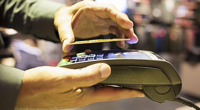 Obchodníci ušetří na poplatcích za platby kartou. Vám zboží nezlevní