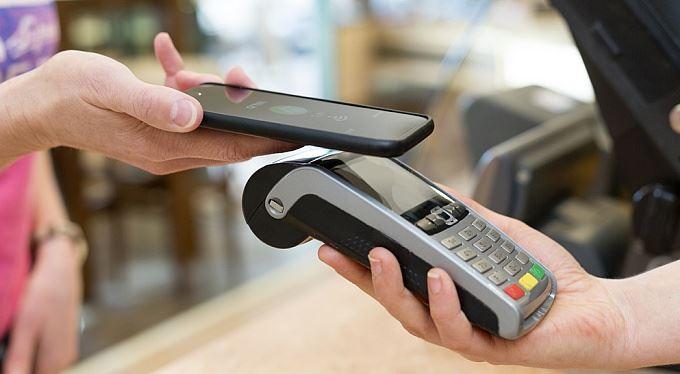 Místo platební karty mobil. Banky přišly s novým řešením
