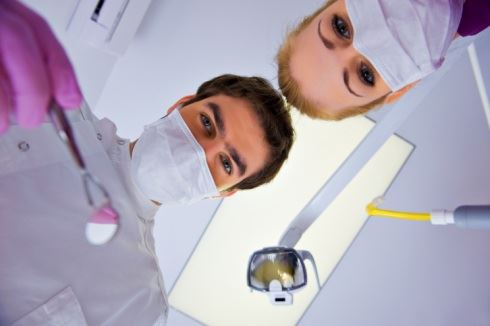 Zub (ne)vytrhneme, dáseň (ne)umrtvíme, školné (ne)zavedeme, důchody (ne)snížíme