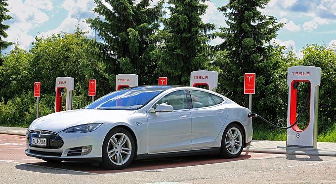 Tesla Motors: Supernova, černá díra?