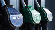 Benzin mírně zlevnil, většímu poklesu brání slabá koruna
