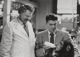 Zleva: Walter Slezak, Ronald Reagan, Bonzo