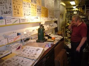 John Casey ve svém obchodě s razítky