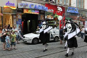 """Průvod masek historickým centrem Brna, """"kasina uprostřed Evropy""""."""