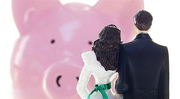 Exekutor už nebude brát příjmy manželům dlužníků. Častěji přijde zabavovat domů