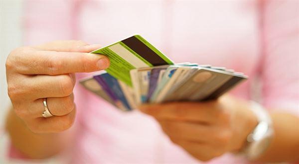 Banky chtějí přimět lidi vybírat v obchodech