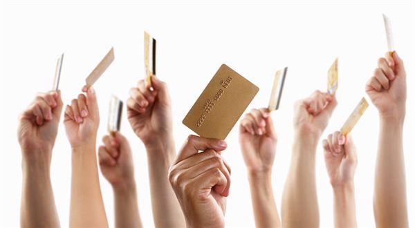 Pár dobrých rad: Na co se ptát, až vám budou nabízet kreditku