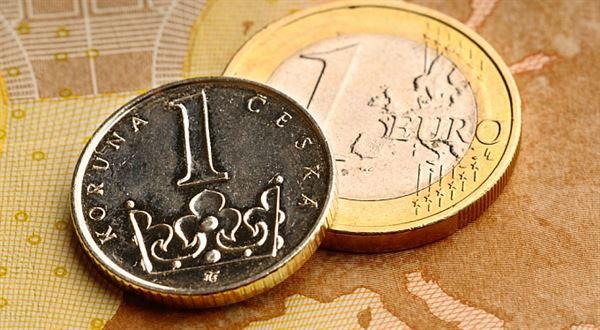 Euro za 25 korun? Konec intervencí se blíží, dovolenou příliš nezlevní