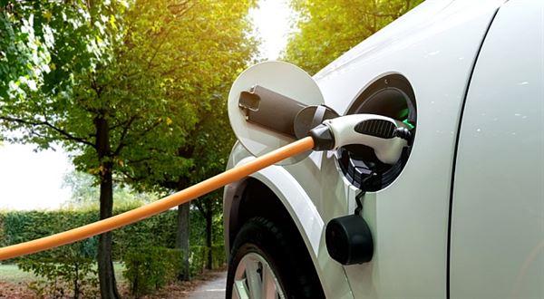 Elektřina nebo CNG místo benzinu. Jak se v Česku jezdí na alternativní pohon
