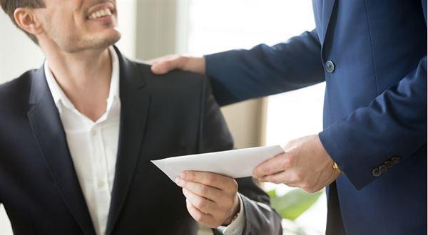 Kdy zaměstnavatel vyplácí prémie povinně, kdy ne. A musí dát všem stejně?