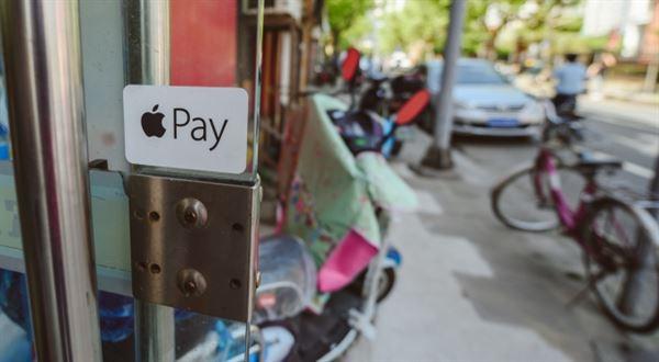 Únor podle bank a pojišťoven: Apple Pay, výhodnější spoření a levnější hypotéky