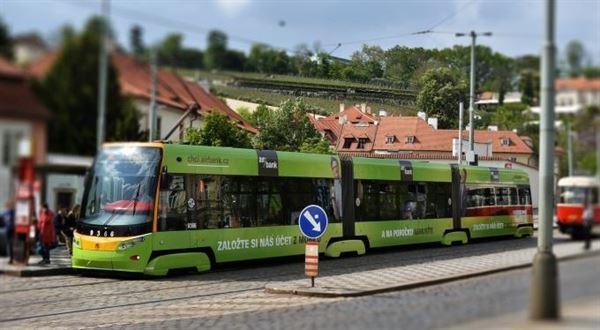 Air Bank vyjíždí s tramvají Zakládačkou. Je to kampaň