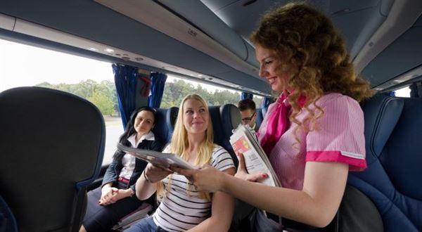 RegioJet zruší stevardky ve většině žlutých autobusů