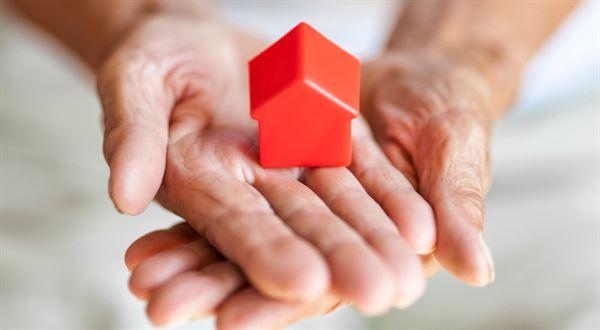Zpětná hypotéka jako přilepšení k důchodu. Proč se jí banky bojí?