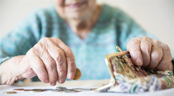 Pět tisíc ke každému důchodu. Vláda se shodla na rouškovném