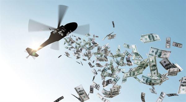 Je čas na shazování peněz z vrtulníku? Jak teď pomoct lidem a firmám
