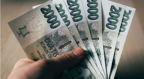 Až bude nejhůř, měla by vláda vyplácet peníze bez podmínek, říká ekonom