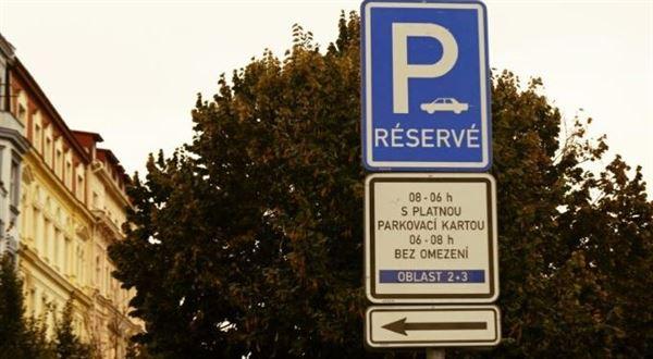 Placené parkování a modré zóny se vracejí, překvapila vláda