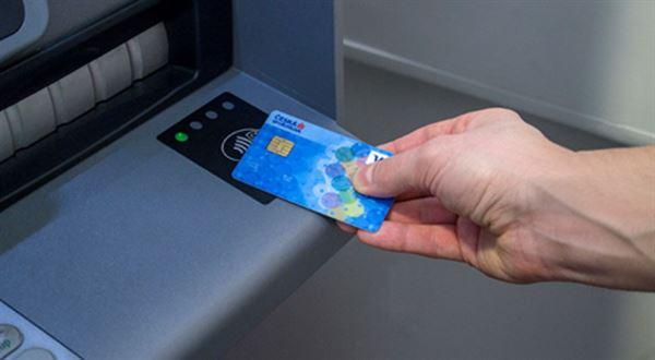 Bez kontaktu už lze vybírat ze dvou třetin bankomatů ČS