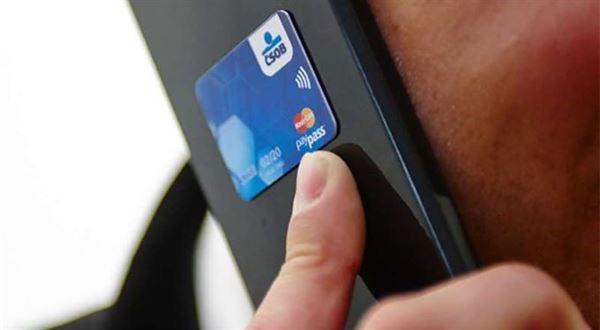 Platební nálepky končí i ve dvou největších bankách