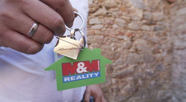 Arca vycouvala ze vstupu do M&M Reality