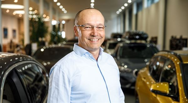 Prodejce luxusních aut: Zpátečku neřadíme