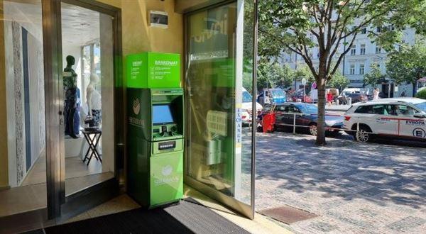 Sberbank přidává bankomaty, část poboček už nemá pokladnu