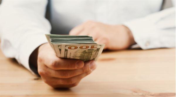 Dvě banky ruší poplatek za výběry cash advance