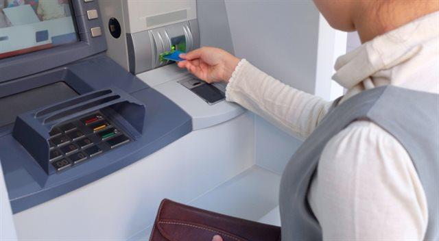 Vybíráte kreditkou z bankomatu? Víme, kolik to stojí