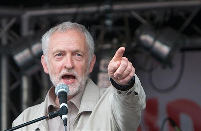 Do minulosti spějme zpátky. Labour Party je zase pořádně rudá