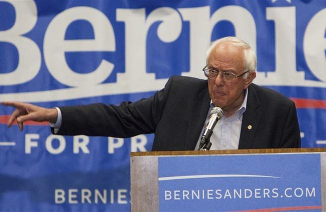 Další problém Hillary Clintonové: Usměvavý socialista Bernie Sanders