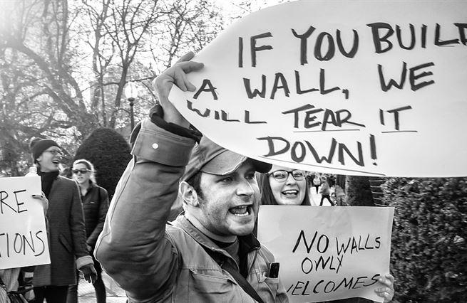Z morálního hlediska není rozdíl mezi zdí a vízovou povinností
