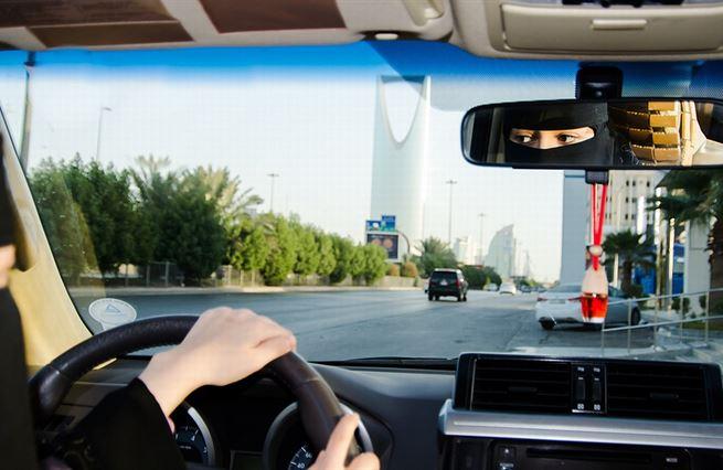 Proč Saúdové doopravdy dovolili ženám řídit? Ekonomická nutnost!