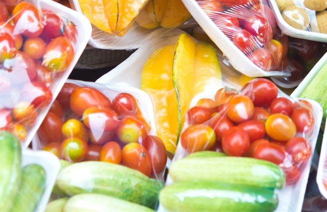 Plastové obaly nejsou čisté zlo. Brání plýtvání potravinami, chrání přírodu