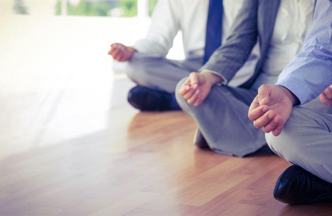 Óm. Zlý kapitalista zklidňuje zaměstnance meditací