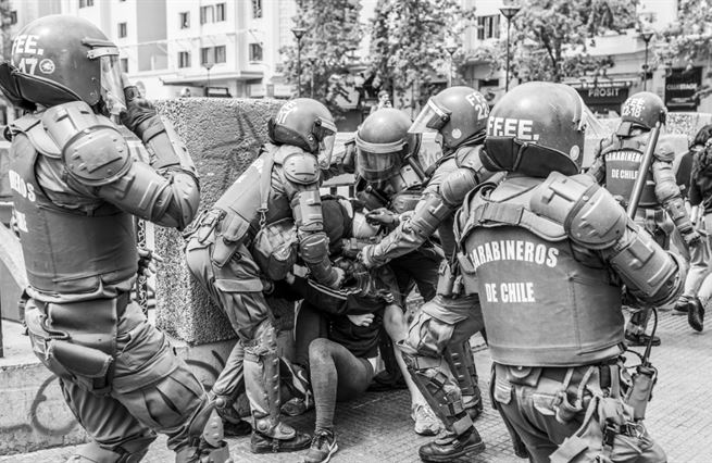 Demokracie s generály v zádech
