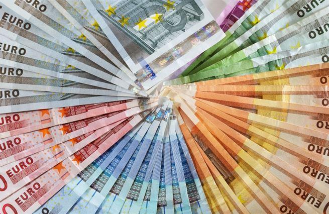 Unie si jde půjčit na finanční trhy. My nic, my EU. To nějaký fond z Bruselu