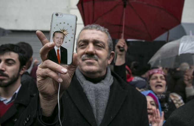 Erdoğan si chce došlápnout na sítě. Na Twitteru mu uráželi rodinu