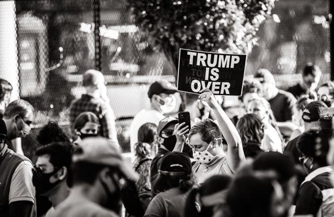 Jak probíhá nejchaotičtější předávání moci, jaké Washington pamatuje