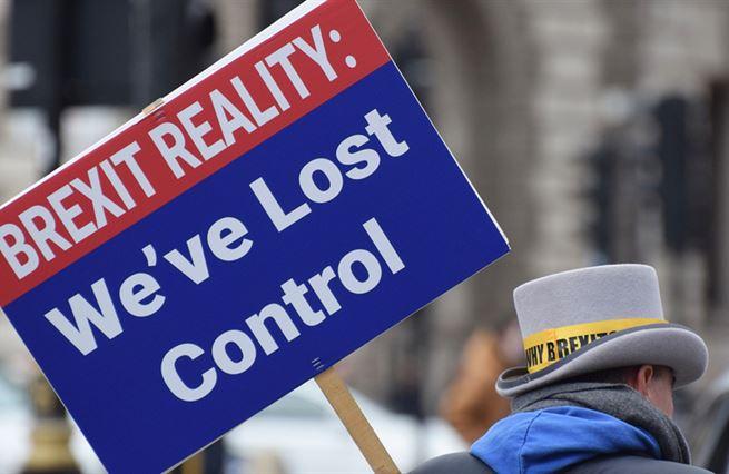 Lži přetavené v absurditu. Brexit ukázal Britům sílu manipulace