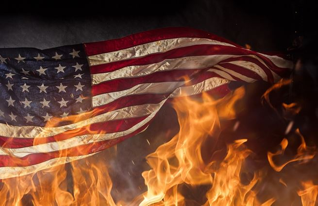 Za pálení vlajky do lochu? Cancel culture přichází i zprava